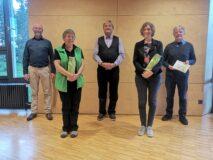 Ehrungen für CANZ-Mitgliedschaft: (v.l.n.r.) Präsident Andreas Derungs, Sylvia Gschwend (10 Jahre), Dirigent Johannes Meister, Cornelia Bütler (10 Jahre) und Urs Mosimann (40 Jahre).